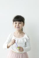 微笑む女の子のポートレイト 02299007472| 写真素材・ストックフォト・画像・イラスト素材|アマナイメージズ