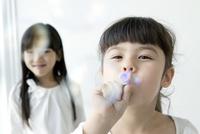 シャボン玉を吹く女の子のポートレイト 02299007475| 写真素材・ストックフォト・画像・イラスト素材|アマナイメージズ