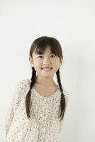 微笑む女の子のポートレイト 02299007477| 写真素材・ストックフォト・画像・イラスト素材|アマナイメージズ