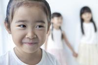 微笑む女の子 02299007486| 写真素材・ストックフォト・画像・イラスト素材|アマナイメージズ