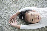 微笑む女の子 02299007493| 写真素材・ストックフォト・画像・イラスト素材|アマナイメージズ