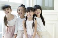 微笑む4人の女の子 02299007496| 写真素材・ストックフォト・画像・イラスト素材|アマナイメージズ