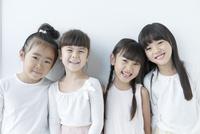 微笑む4人の女の子 02299007497| 写真素材・ストックフォト・画像・イラスト素材|アマナイメージズ