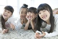 寝転び笑顔の4人の女の子