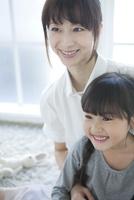 女の子を抱く母 02299007511| 写真素材・ストックフォト・画像・イラスト素材|アマナイメージズ