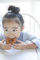 ドーナツを食べる女の子 02299007530| 写真素材・ストックフォト・画像・イラスト素材|アマナイメージズ