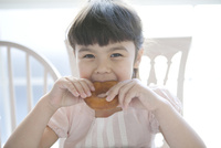ドーナツを食べる女の子 02299007533| 写真素材・ストックフォト・画像・イラスト素材|アマナイメージズ