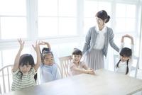 テーブルを囲む4人の園児 02299007540| 写真素材・ストックフォト・画像・イラスト素材|アマナイメージズ