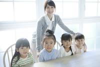 座ってこちらを見る4人の園児 02299007541| 写真素材・ストックフォト・画像・イラスト素材|アマナイメージズ