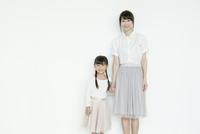 手をつなぐ母と娘 02299007543| 写真素材・ストックフォト・画像・イラスト素材|アマナイメージズ
