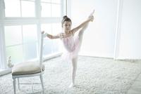 バレエ教室の女の子 02299007550| 写真素材・ストックフォト・画像・イラスト素材|アマナイメージズ