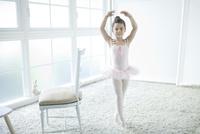バレエ教室の女の子 02299007551| 写真素材・ストックフォト・画像・イラスト素材|アマナイメージズ