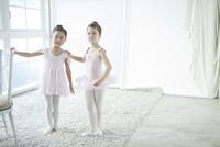 バレエ教室の2人の女の子 02299007553| 写真素材・ストックフォト・画像・イラスト素材|アマナイメージズ