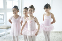バレエ教室の4人の女の子