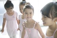 バレエ教室の4人の女の子 02299007561| 写真素材・ストックフォト・画像・イラスト素材|アマナイメージズ