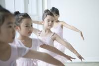 バレエ教室の4人の女の子 02299007563| 写真素材・ストックフォト・画像・イラスト素材|アマナイメージズ