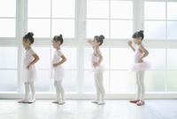 バレエ教室の4人の女の子 02299007565| 写真素材・ストックフォト・画像・イラスト素材|アマナイメージズ