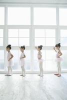 バレエ教室の4人の女の子 02299007566| 写真素材・ストックフォト・画像・イラスト素材|アマナイメージズ