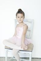 バレエ教室の女の子 02299007567| 写真素材・ストックフォト・画像・イラスト素材|アマナイメージズ