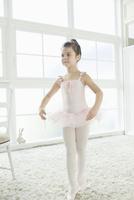 バレエ教室の女の子 02299007569| 写真素材・ストックフォト・画像・イラスト素材|アマナイメージズ