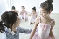 バレエ教室の女の子 02299007574| 写真素材・ストックフォト・画像・イラスト素材|アマナイメージズ