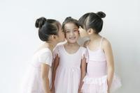 キスをする3人の女の子 02299007577| 写真素材・ストックフォト・画像・イラスト素材|アマナイメージズ