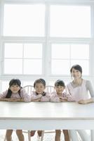 微笑む3人の園児と保育士 02299007589| 写真素材・ストックフォト・画像・イラスト素材|アマナイメージズ