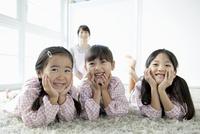 微笑む3人の園児と保育士