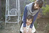 庭先で微笑む母と娘