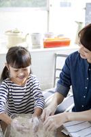食事の準備をする母と娘 02299007630| 写真素材・ストックフォト・画像・イラスト素材|アマナイメージズ