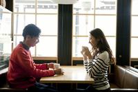 カフェでくつろぐ20代女性 30代男性 02299007668| 写真素材・ストックフォト・画像・イラスト素材|アマナイメージズ