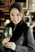 ワインを持ち微笑む20代 02299007681| 写真素材・ストックフォト・画像・イラスト素材|アマナイメージズ