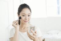 お化粧をする20代女性