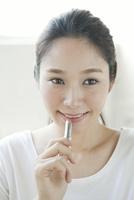 口紅を塗る20代女性