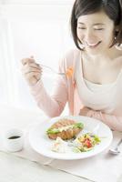 食事をする20代女性