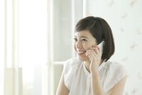 携帯で通話する20代女性