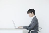 ノートパソコンを使うヤングビジネスマン