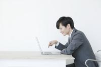 指でキーボードを打つヤングビジネスマン