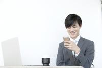 携帯電話を見るヤングビジネスマン