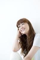 肘をつく笑顔の若い女性