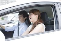 ドライブを楽しむ20代カップル