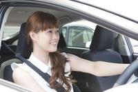 運転をする20代女性