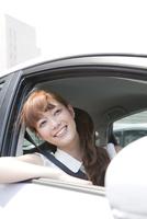 車内から外を見る20代女性