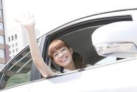 車内から手を振る20代女性