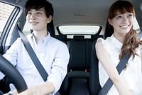 ドライブ中のカップル