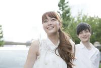 笑顔の20代女性と男性