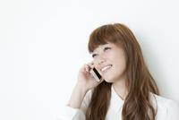 携帯電話で話す若い女性
