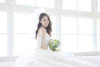 ブーケを持つ花嫁ポートレート 02299008086| 写真素材・ストックフォト・画像・イラスト素材|アマナイメージズ
