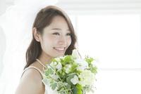 ブーケを持つ花嫁ポートレート 02299008089| 写真素材・ストックフォト・画像・イラスト素材|アマナイメージズ