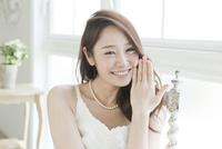 指輪を見せる花嫁
